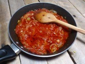 Селедка в томатном соусе с луком - 1