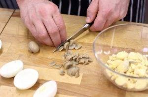 Фаршированные яйца ветчиной, сыром и грибами - 1