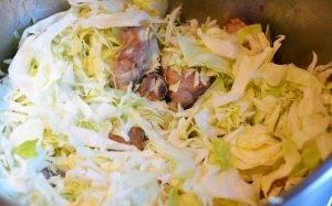 Свиные ребрышки с капустой и помидорами - 1