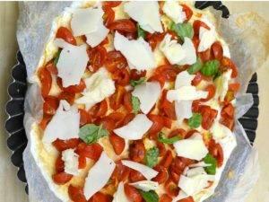 Пицца из белкового теста с сыром и помидорами черри - 1