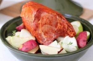 Свиная корейка на кости с картошкой и яблоками - 1