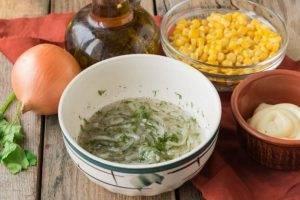Куриный салат с кукурузой, сыром и омлетом - 1