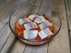 Селедка в томатном соусе с луком - 2