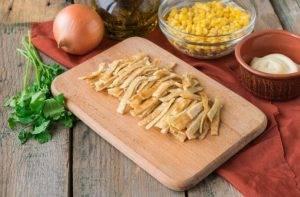 Куриный салат с кукурузой, сыром и омлетом - 3