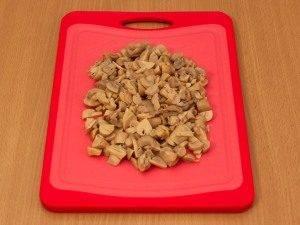 Салат с колбасой, картофелем и грибами - 3