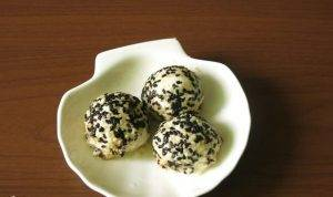 Шарики из феты с чесноком в кунжуте - 2