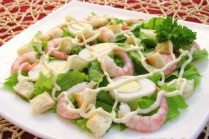 Салат с креветками, яйцами и домашними сухариками - 5