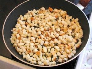 Салат с креветками, яйцами и домашними сухариками - 1