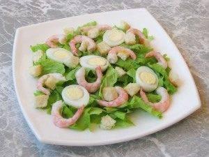 Салат с креветками, яйцами и домашними сухариками - 4