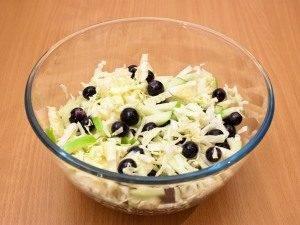 Салат с капустой, виноградом и яблоком - 2