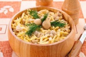 Салат с грибами, блинчиками и луком - 4