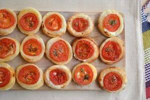 Закуска из слоеного теста и помидоров - 3
