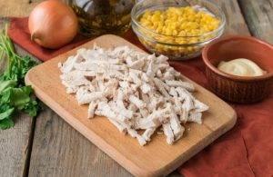 Куриный салат с кукурузой, сыром и омлетом - 4