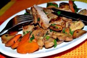 Стейк из свинины с грибами и морковью - 3