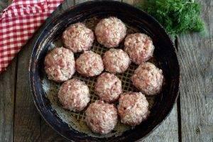 Свиные тефтели с овощной подливой - 3
