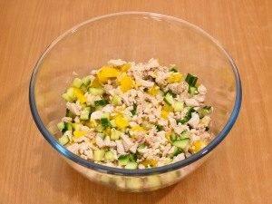 Салат с куриным филе и огурцами в апельсине - 3