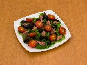 Салат с помидорами и тунцом - 4
