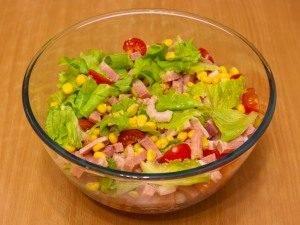 Салат с креветками, ветчиной и помидорами - 3