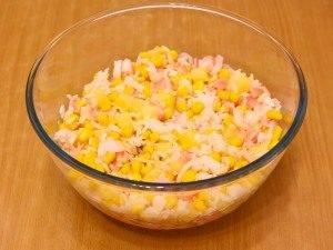 Салат с кукурузой, рисом, крабовыми палочками и ананасом - 2