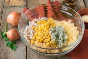 Куриный салат с кукурузой, сыром и омлетом - 5