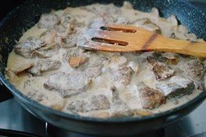 Тушеная свинина в сметане с грибами - 4