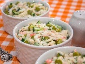 Салат с кальмарами, огурцами и горошком - 3