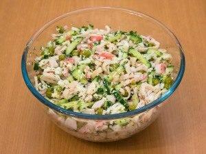Салат с кальмарами, огурцами и горошком - 2