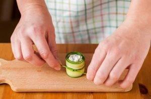 Рулетики из огурцов с сыром, маслинами и перцем - 5
