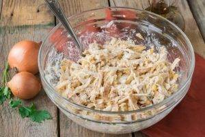 Куриный салат с кукурузой, сыром и омлетом - 6