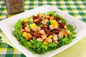 Салат с вялеными помидорами, куриным филе и огурцами - 7