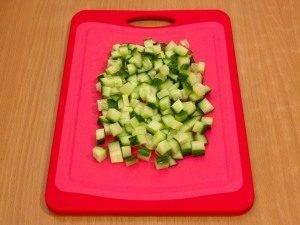 Салат с вялеными помидорами, куриным филе и огурцами - 1