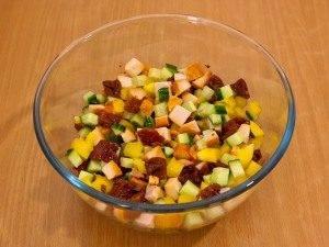 Салат с вялеными помидорами, куриным филе и огурцами - 5