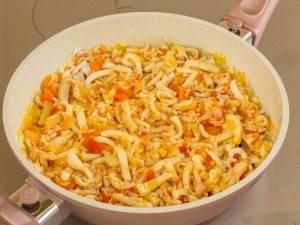 Кальмары с рисом и помидорами - 2