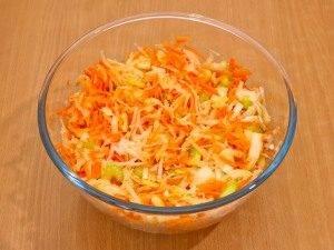 Салат с кольраби, сельдереем, яблоком и морковью - 4