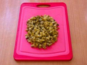 Салат с печенью, маринованными огурцами и сыром - 2