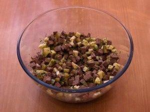 Салат с печенью, маринованными огурцами и сыром - 5