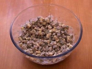 Салат с печенью, маринованными огурцами и сыром - 6