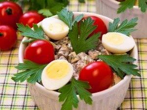 Салат с печенью, маринованными огурцами и сыром - 7