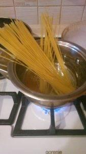 Жареные спагетти с чесноком и прованскими травами - 1