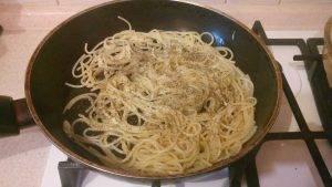 Жареные спагетти с чесноком и прованскими травами - 4