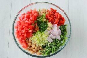 Салат из стручковой и белой фасоли с помидорами - 0