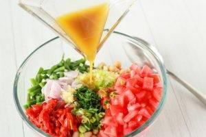 Салат из стручковой и белой фасоли с помидорами - 1
