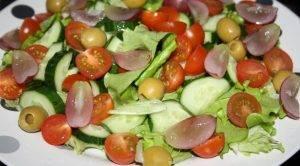 Яркий овощной салат с красным виноградом - 0