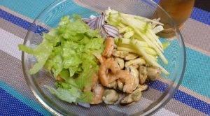 Салат из мидий и креветок с зеленым яблоком и гранатом - 1