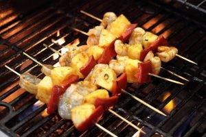 Куриные шашлычки с креветками и сальсой из каперсов - 2