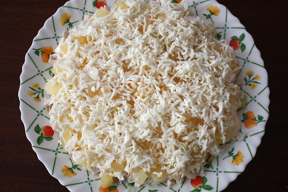 Филе курицы (копченое или обжаренное с щепоткой карри) — грамм, твердый сыр (российский, голландский) — грамм, ананасы в собственном соку кружочками — грамм, маринованные грибочки — грамм, грецкие орехи (рубленные) — около ½ стакана, майонез — грамм, вареное яйцо и что душе угодно — для украшения.