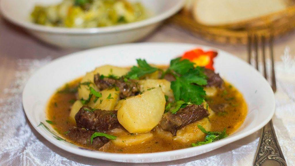 Блюдо соус из мяса и картошки