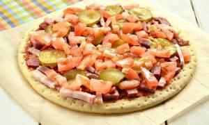 Пицца с беконом и колбасой - 1