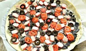 Пицца с черной икрой, крабовыми палочками и маслинами - 1