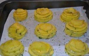 Картофельные башенки с сыром и ароматными травами в духовке - 2